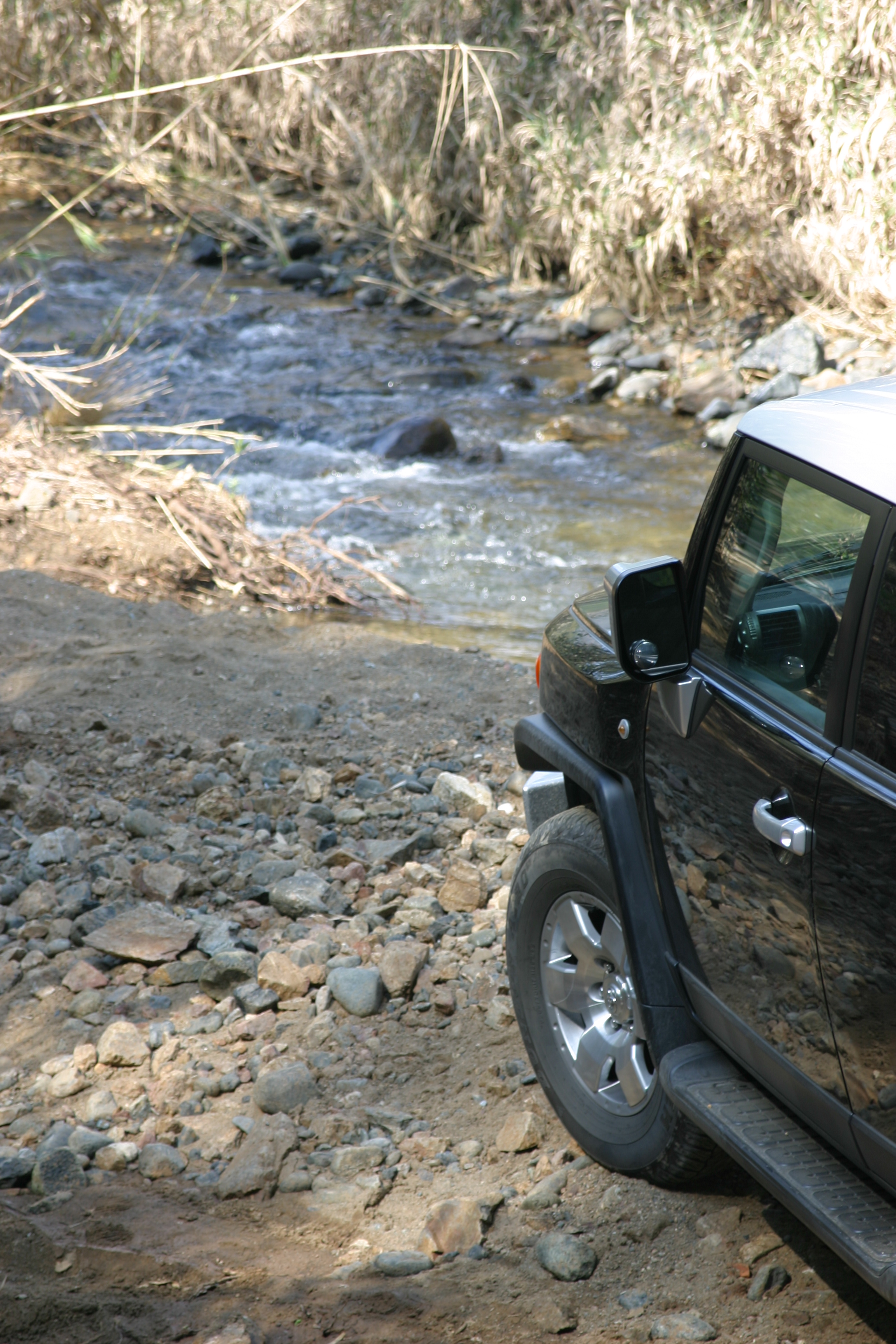 FJ Cruiser by river in la mairena