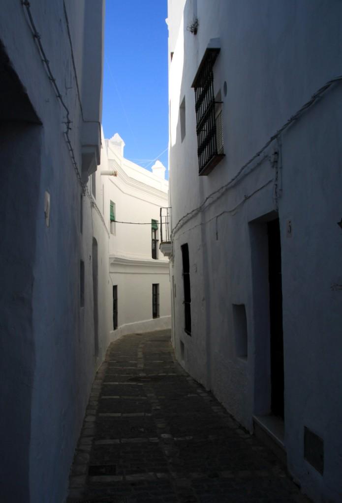 Narrow_cobbled_street_vejer_de_la_frontera_andrew_forbes